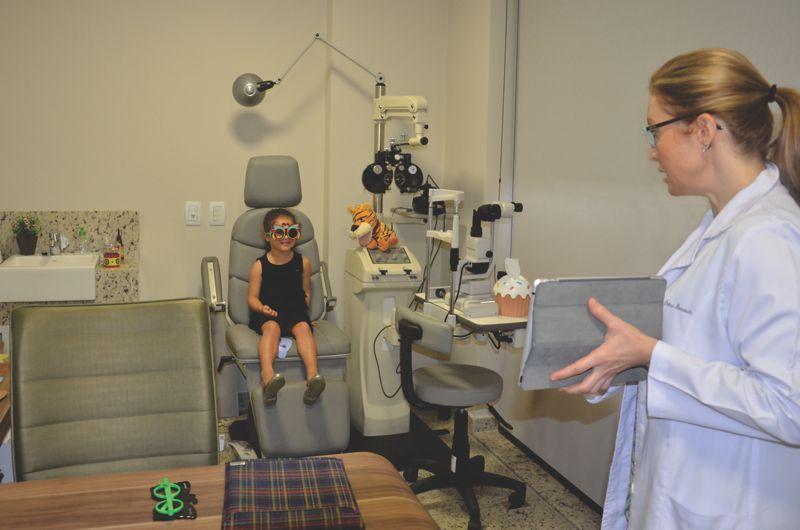 Exame de vista: teste de acuidade com oclusao