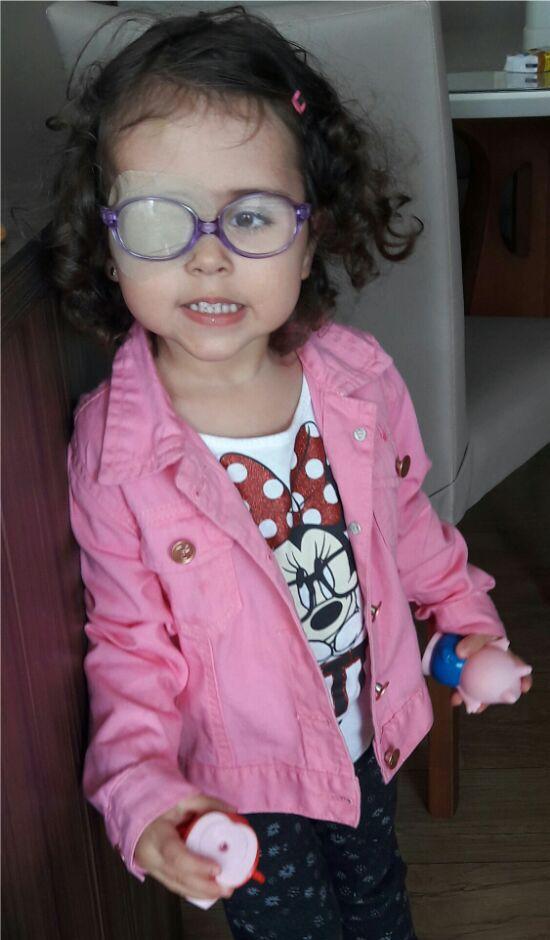 lais com seus óculos infantis lilás